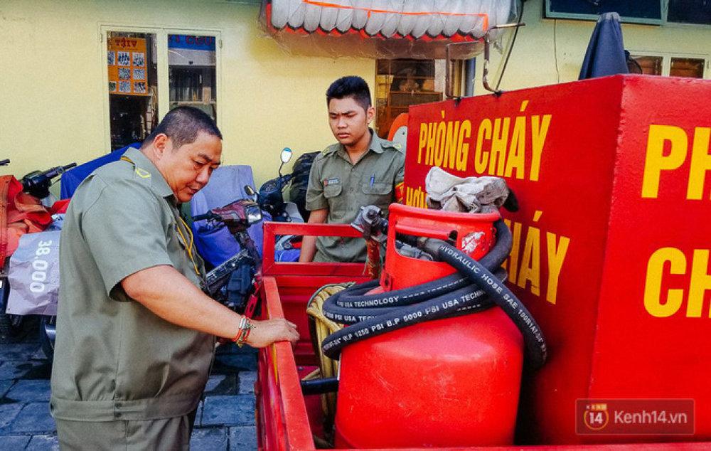 Xe chữa cháy do ông Thành (trái) tự chế tạo nhờ ý tưởng vòi phun nước rửa xe.
