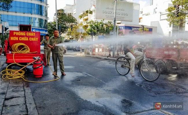 Xe chữa cháy mini của ông bảo vệ dân phố được sử dụng khá hiệu quả khi dập tắt kịp thời một số đám cháy trong hẻm.