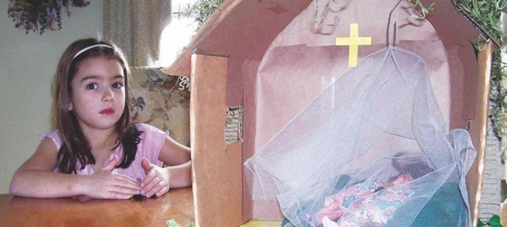 Katherine cùng mô hình mùng cho trẻ em châu Phi của mình.