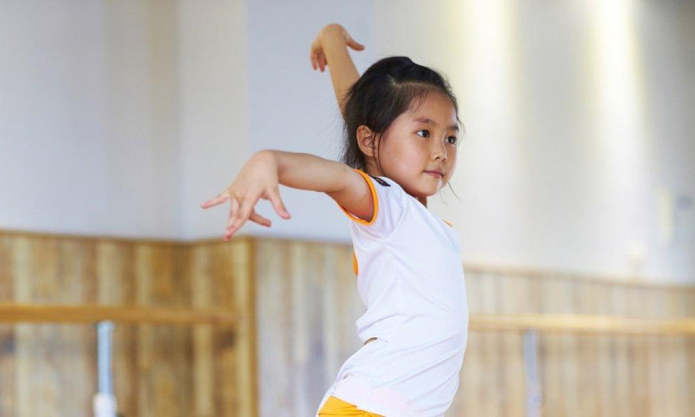 - Việc dạy khiêu vũ thực sự mang lại nhiều lợi ích quan trọng cho học sinh khi các em đang trong quá trình hình thành và duy trì các mối quan hệ xã hội, đặc biệt là giữa các giới tính và độ tuổi.