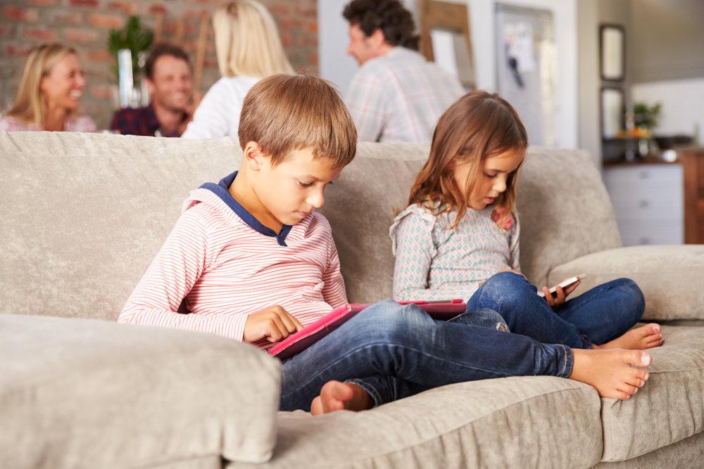 - Smartphone làm mất thời gian vui chơi của con, lấy đi những gì tuyệt vời nhất của tuổi thơ, và cha mẹ sẵn sàng đánh đổi những điều đó chỉ để 'rảnh tay' cho mình.