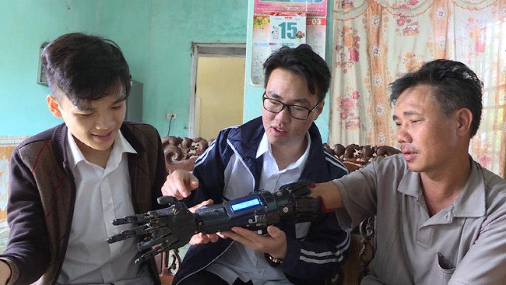 Sản phẩm của 2 học sinh đến từ trường THPT Phù Cừ (Hưng Yên) được ban giám khảo cuộc thi đánh giá rất cao.