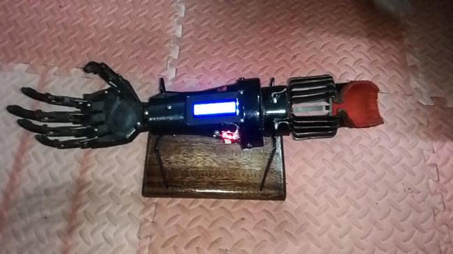 Sản phẩm này được hoạt động theo nguyên tắc điều khiển cánh tay bằng tín hiệu cơ do chính cánh tay bị mất tạo ra thông qua cảm biến EMG.