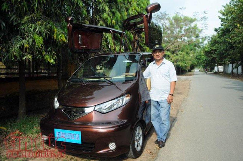 Ông Tâm đứng bên cạnh chiếc xe điện do chính ông chế tạo sau gần 3 năm mày mò nghiên cứu. (Ảnh: Báo tin tức)