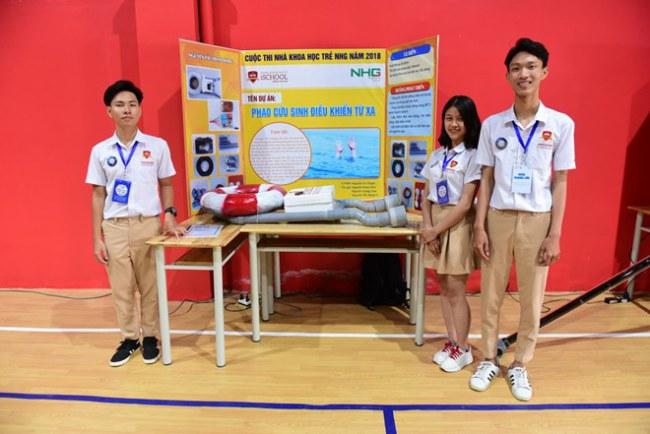 """Các em Tiến, Tâm, Vi bên mô hình dự án """"Phao cứu sinh điều khiển từ xa."""" (Ảnh: PV/Vietnam+)"""