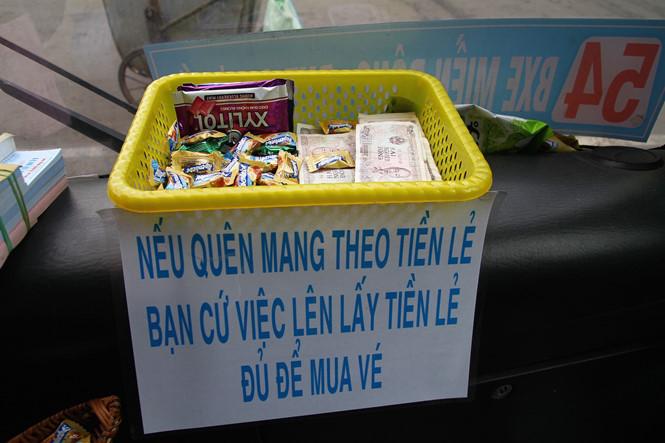 """Ngoài rổ đựng tiền lẻ ra, trên xe còn có kẹo và cả móc khoá để dành tặng miễn phí cho hành khách là trẻ em hoặc sinh viên khi đi xe buýt. Chiếc rổ đựng tiền và kẹo được đặt ngay đầu xe, cạnh cửa lên xuống phía trước. Phía dưới rổ là tờ giấy có dòng chữ: """"Nếu quên mang theo tiền lẻ bạn cứ lấy tiền lẻ đủ để mua vé""""."""