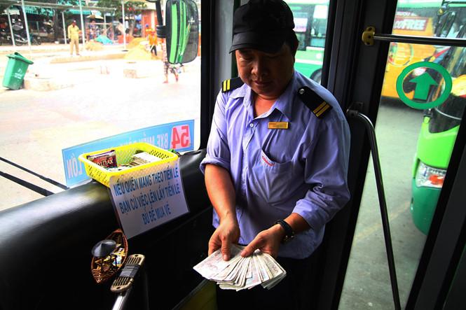 """Anh Huy cho biết, việc làm này xuất phát từ những câu chuyện anh tréo ngoe của hành khách mà anh bắt gặp thường xuyên khi chạy xe buýt. """"Có người mới sáng sớm đi xe chỉ có tờ 500.000 đồng mà không có tiền lẻ để thối và cũng không thể bắt khách xuống xe đi đổi được. Hoặc có hành khách đi xe quên mang tiền, bị móc túi không còn tiền đi xe nên tôi mới làm vậy"""", anh Huy cho biết lý do quyết định làm như vậy"""