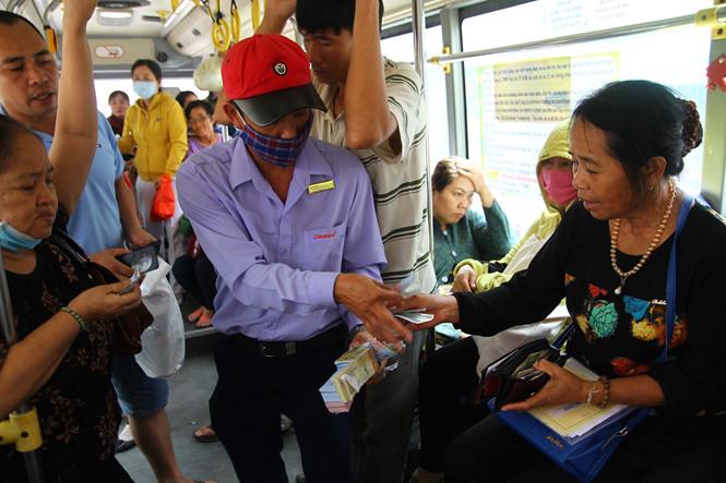 Sau khi để rổ tiền hỗ trợ, nhiều người đi xe buýt cũng muốn góp thêm chút tiền lẻ nhưng anh Huy thẳng thừng từ chối. Anh cho rằng đó là việc làm từ tâm của anh. Anh không muốn sự việc này trở thành lời kêu gọi đóng góp, vô tình sẽ làm biến tướng ý nghĩa của rổ tiền lẻ của mình