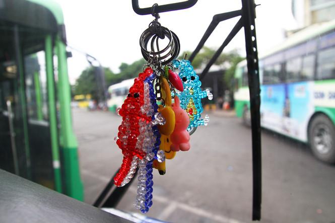 Những chiếc móc khoá treo trên xe được anh Huy dành tặng miễn phí cho những sinh viên khi đi xe của anh
