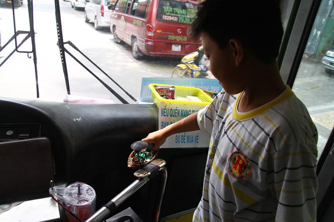 Nhiều trẻ nhỏ khi lên xe được ăn kẹo miễn phí và thoải mái