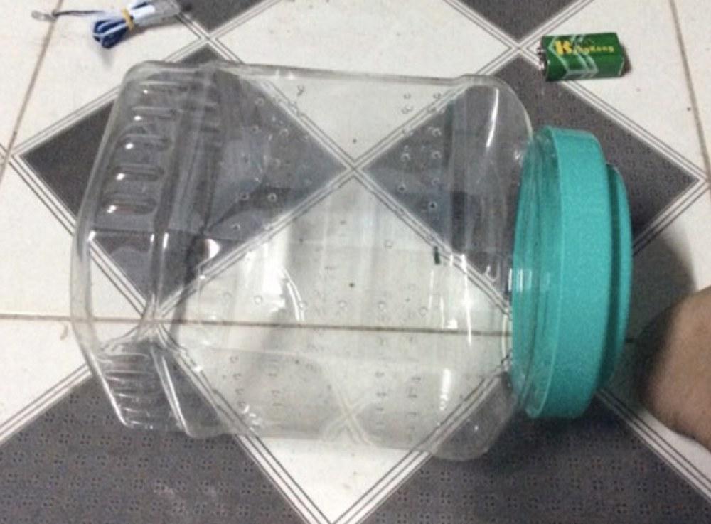 Đèn bắt muỗi tận dụng từ chai nhựa. Ảnh: NVCC.