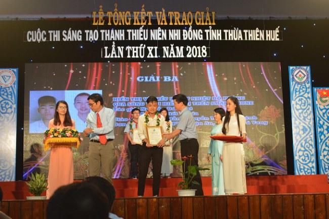 Nguyễn Quang Tuệ nhận giải Ba tại cuộc thi Sáng tạo Thanh thiếu niên Nhi đồng tỉnh Thừa Thiên Huế năm 2018. Ảnh: Nhật Tuấn.