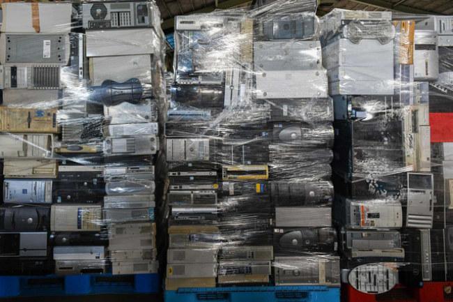 Các linh kiện máy tính được chất đống bên trong nhà kho của Hamaya.
