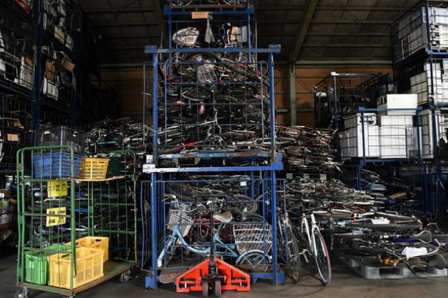 Những chiếc xe đạp chất đầy tại nhà kho của Hamaya.