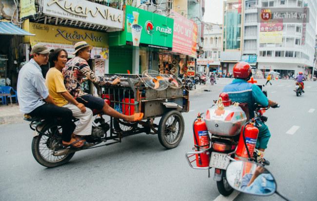 Người dân thích thú với chiếc xe cứu thương của ông Thơm.