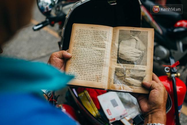 Cuốn sách sơ cứu mà ông Thơm luôn đem theo mình.