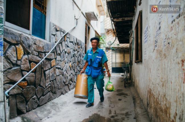 Ông Thơm dù đã lớn tuổi nhưng vẫn nhiệt huyết với công việc.