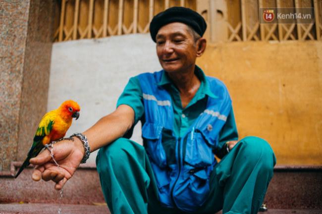 Ở cái tuổi gần 70 nhưng tinh thần và sức khoẻ của ông vẫn rất trẻ trung, chú vẹt Đức này là người bạn luôn đồng hành cùng ông trên những hành trình đi quanh thành phố.