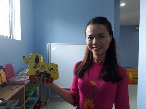 Đồ chơi trẻ em cũng được làm bằng những vật liệu thân thiện môi trường. Trong ảnh là một chú chó được làm từ gỗ.
