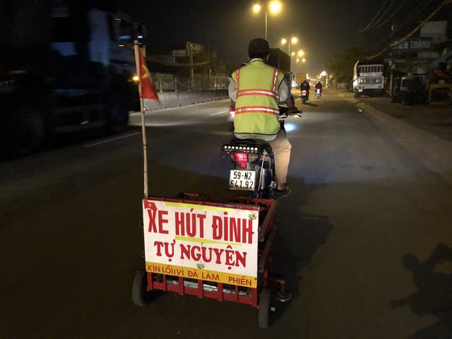 Đều đặn, cứ 4h sáng mỗi ngày là ông Cảnh lại thực hiện công việc đi hút những vật nhọn, đinh mà kẻ xấu thả xuống đường