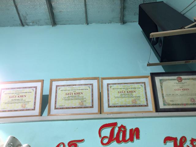 Hàng loạt giấy khen mà UBND huyện Bình Chánh trao tặng cho ông Cảnh.