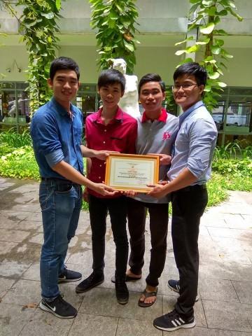 Nhóm tác giả nhận giải khuyến khích giải thưởng Sinh viên nghiên cứu khoa học năm 2017.
