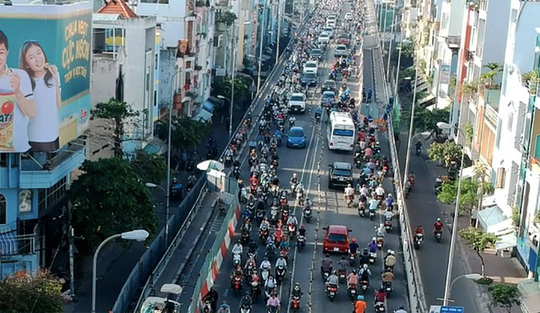 Khu vực cầu Kênh Tẻ thường xuyên xảy ra tình trạng quá tải phương tiện.
