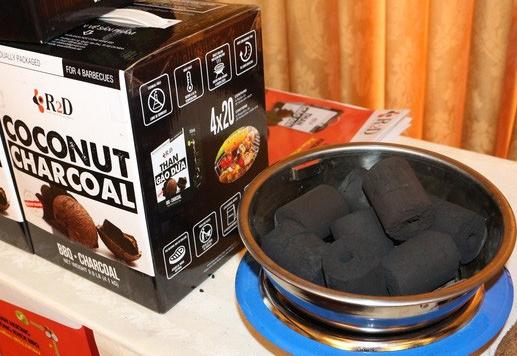 Than không khói do Lê Hiền sản xuất từ nguyên liệu gáo dừa, không mùi, không bắn tia lửa và không sử dụng bất kỳ loại keo kết dính nào.