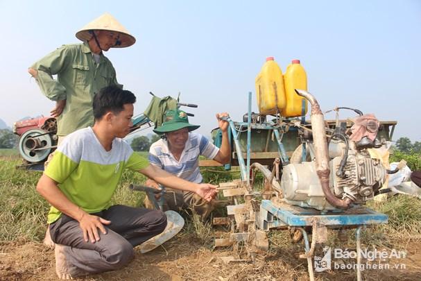 Chiếc máy cày đất tự chế của anh Phan Bá Toàn ở thôn 2 , Đức Sơn, Anh Sơn. Ảnh: Thái Hiền