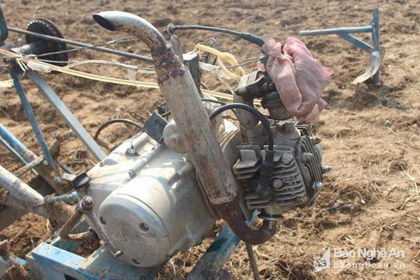 Sáng chế của anh Toàn được tận dụng từ động cơ và linh kiện của chiếc xe máy cũ. Ảnh: Thái Hiền.
