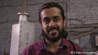 Lớn lên ở New Delhi, anh Dhupar gặp rất nhiều chứng bệnh liên quan đến ô nhiễm không khí, bởi vậy, anh quyết định tuyên chiến với vấn đề này.