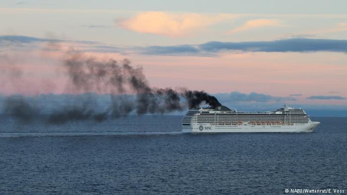 Trong tương lai, cột khói đen sì của tàu thủy cũng có thể được tận dụng để sản xuất mực.