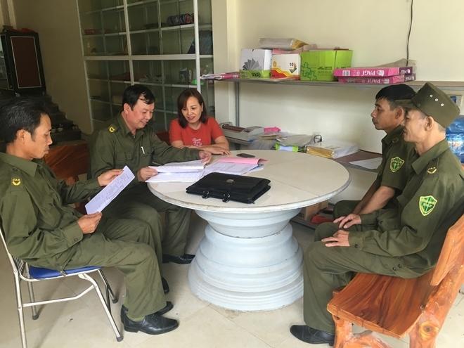 Trưởng Công an xã Trần Ngọc Hà (thứ hai từ trái qua) cùng tổ công tác tuyên truyền, phổ biến pháp luật cho cơ sở kinh doanh trên địa bàn.