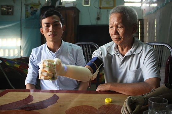 Sinh viên Ngô Văn Dết chế tạo bàn tay robot cho người khuyết tật sử dụng.