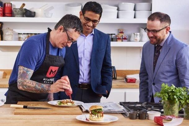 """Start-up Memphis giới thiệu loại thịt gà """"trồng"""" trong phòng thí nghiệm với các phóng viên."""