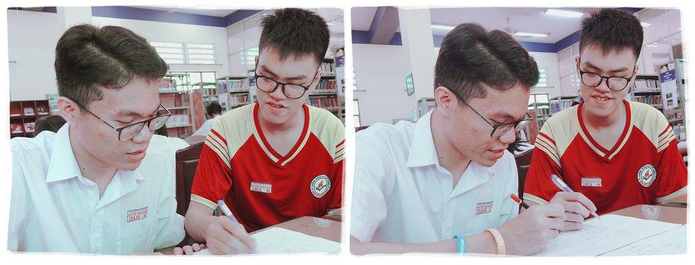 Đoàn Nguyễn Phương Danh (phải) cùng Hà Nhân Hiếu, lớp 12A10, phác thảo ý tưởng thiết kế sách môn lịch sử - Ảnh: NHƯ HÙNG