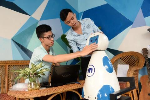 Nhóm tác giả kiểm tra robot được lắp ráp hoàn thiện.