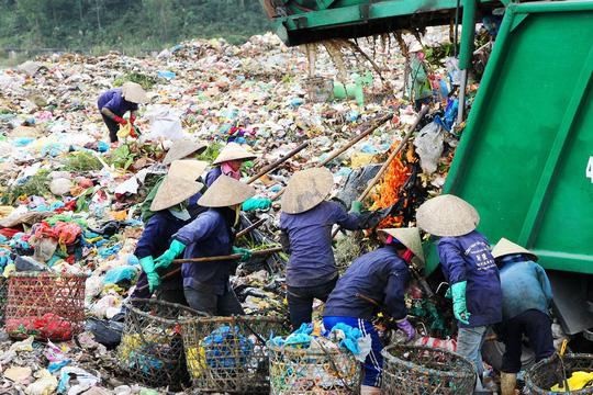 Cùng với mức phạt là 1,17 tỉ đồng, Công ty CP MTĐT Đà Nẵng còn phải trả phí mẫu chất thải với tổng số tiền hơn 1,6 triệu đồng. Ảnh Bãi rác Khánh Sơn . Nguồn NLĐ.