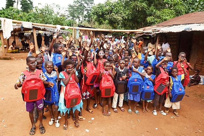 Balo Solarpak được Yiwo Zone, một tổ chức phi chính phủ tặng tới các em nhỏ ở những khu vực nghèo khó thuộc châu phi.