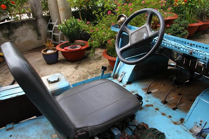 Chiếc xe tự chế đầu tiên của ông Quang có thiết kế gần giống với một chiếc ô tô.