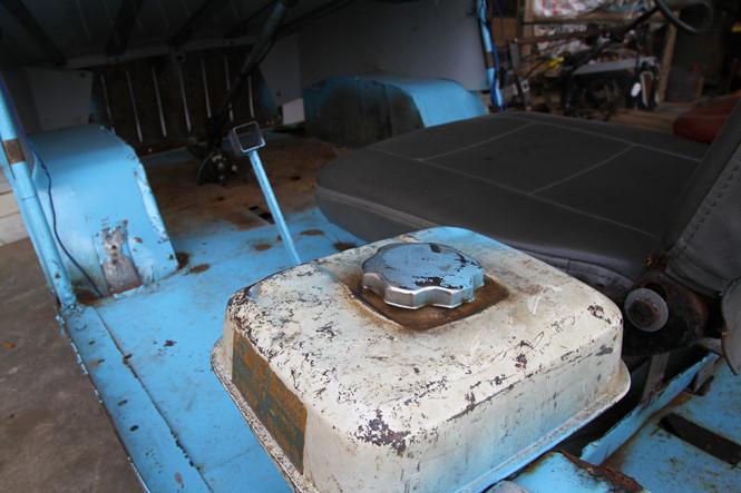 Bình xăng được lấy từ bộ phận của xe khác rồi lắp vào .