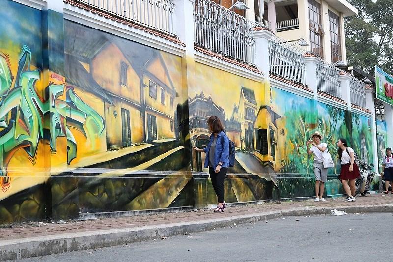 Giới trẻ thích thú ngắm nhìn, chụp ảnh với các bức vẽ.
