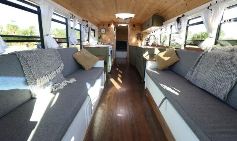 Hai chiếc ghế dài đặt dọc theo hai bên hông xe khi ghép lại thành một chiếc giường lớn.