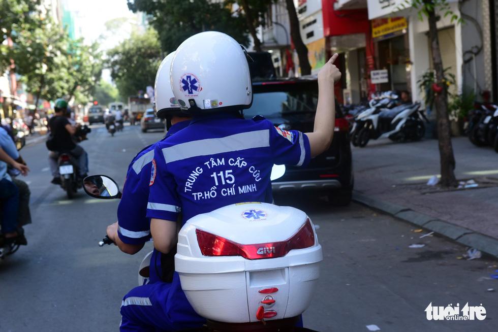 Xe cấp cứu giữa dòng người trên đường Lý Tự Trọng (Q.1, TP.HCM) - Ảnh Duyên Phan.