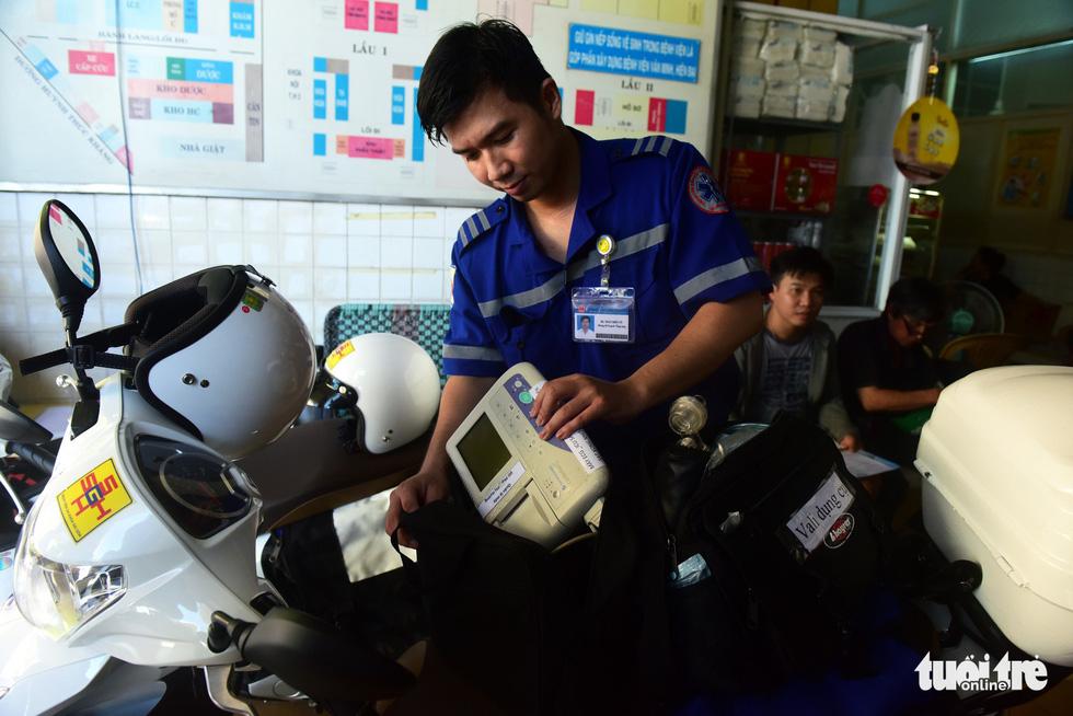 BS Trần Điền Tú chuẩn bị dụng cụ cần thiết cho ca cấp cứu sắp tới - Ảnh: Duyên Phan.