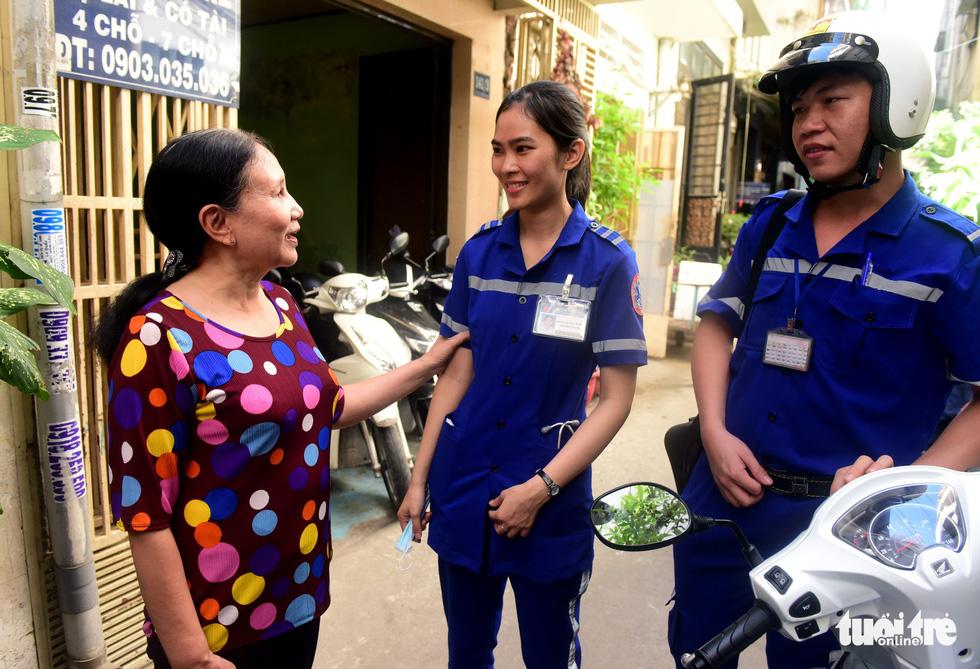 Người nhà bệnh nhân cảm ơn các bác sĩ sau khi người thân được cấp cứu kịp thời - Ảnh: Duyên Phan.