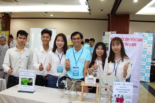 Các thành viên nhóm và mô hình sản phẩm tại cuộc thi Dự án khởi nghiệp lần 4 do Trung tâm nghiên cứu kinh doanh và hỗ trợ doanh nghiệp tổ chức tại TP.HCM mới đây .