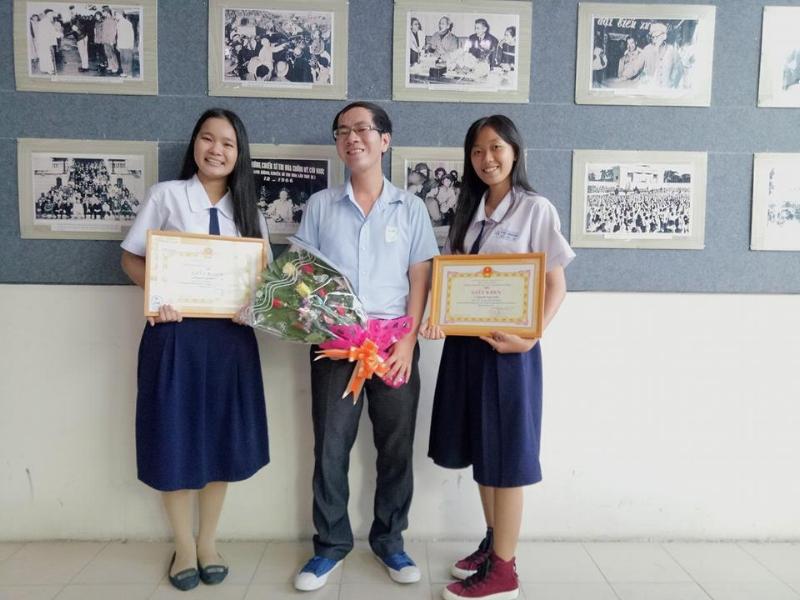 Thầy Lê Thiên Phúc chụp hình chung với 2 học sinh đoạt huy chương vàng Học sinh giỏi môn sinh lớp 11 năm học 2016-2017, tại kỳ thi Olympic 30/4 &1/5 tại buổi Lễ trao thưởng của Hội Khuyến học Quận Phú Nhuận, TP.HCM.