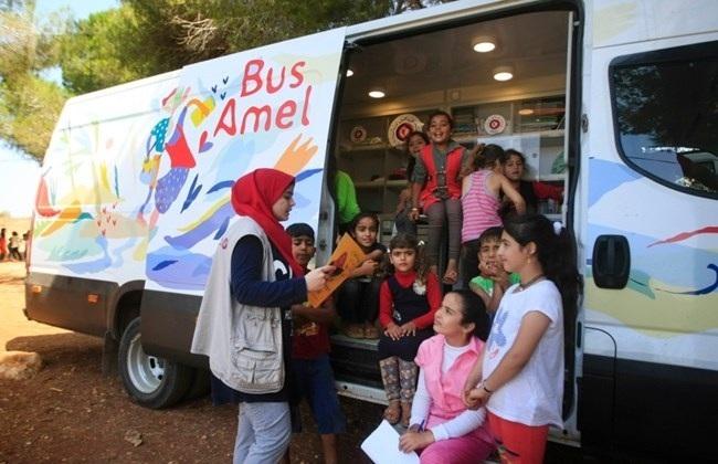 Lớp học trên xe bus do tổ chức phi chính phủ Amel tài trợ mang niềm vui và tri thức đến với các em nhỏ tị nạn người Syria ở Bekaa.