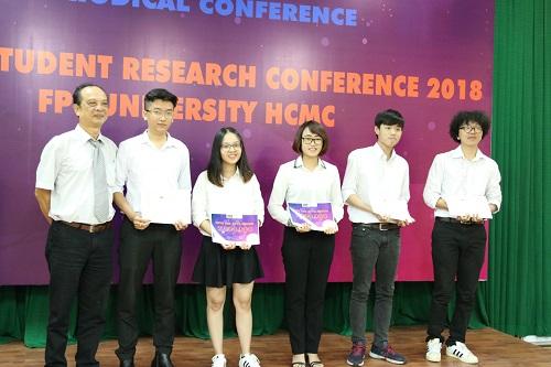Thiên Nhi (thứ 3 từ trái sang) nhận giải Nhất lĩnh vực công nghệ thông tin tại Hội nghị nghiên cứu khoa học sinh viên của ĐH FPT TP.HCM.